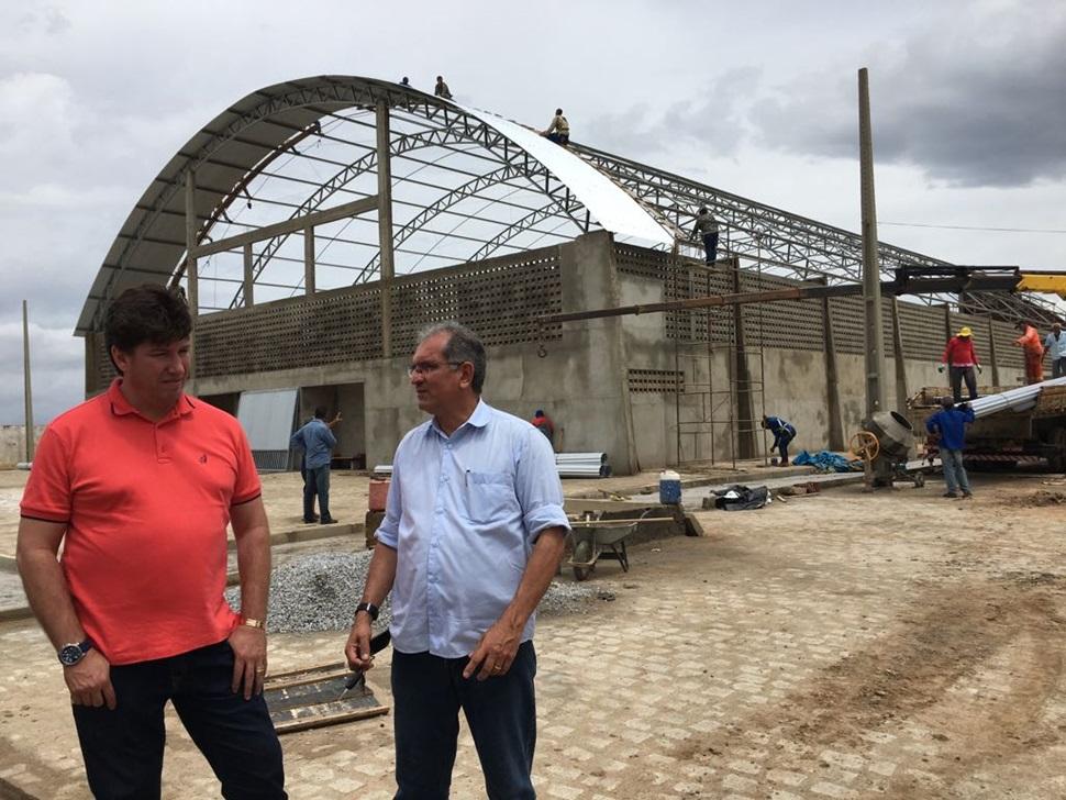 Ginásio da Vila Olímpica começa a receber cobertura e prefeito Vital Costa inspeciona obra