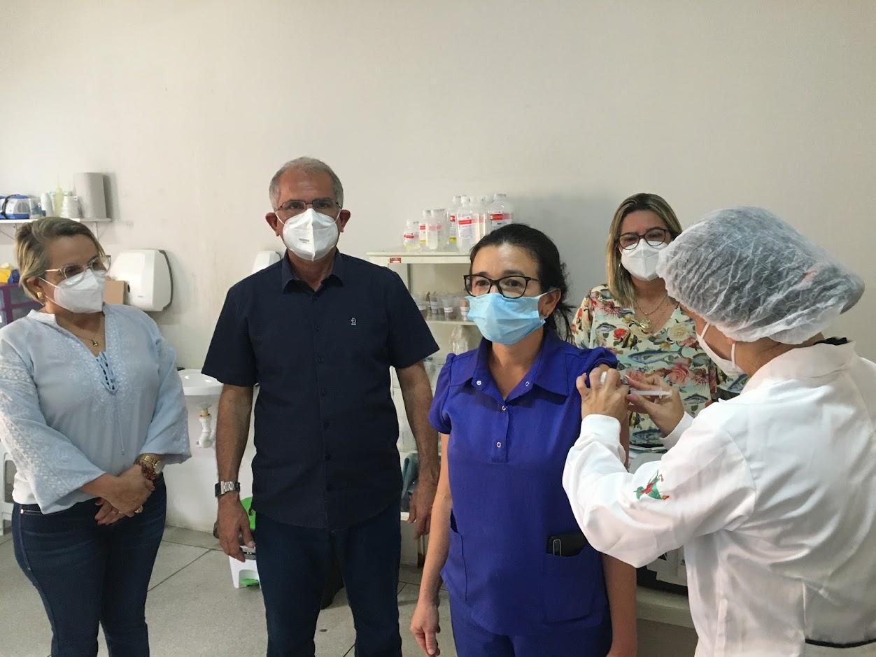 Prefeitura de Araruna começa a vacinar os profissionais da saúde contra o coronavírus