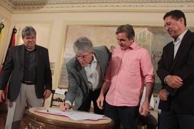 Ricardo assina convênios que destinam recursos para a construção de 27 escolas municipais